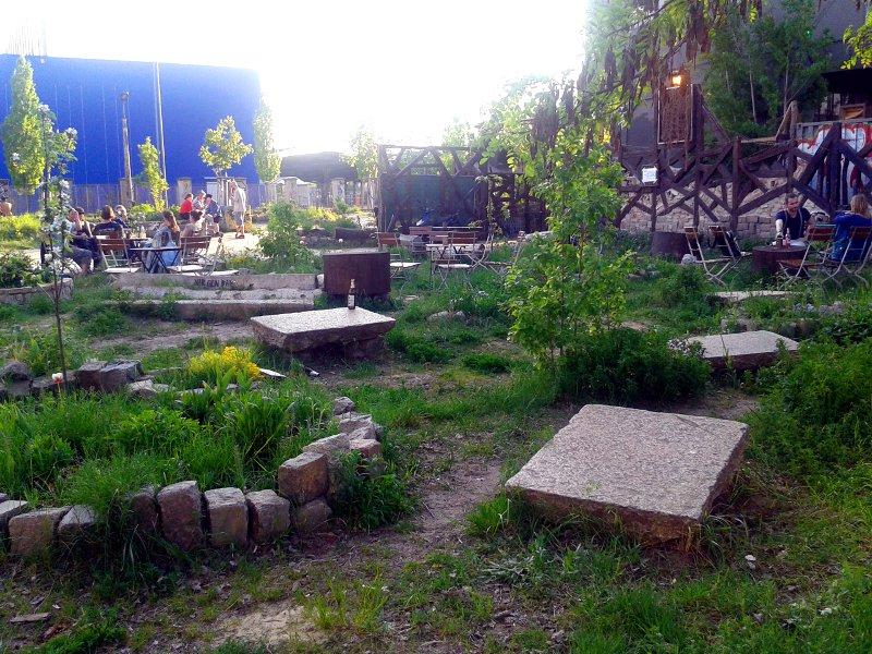 Sitzmöglichkeiten aller Art stehen auf einer grünen Wiese