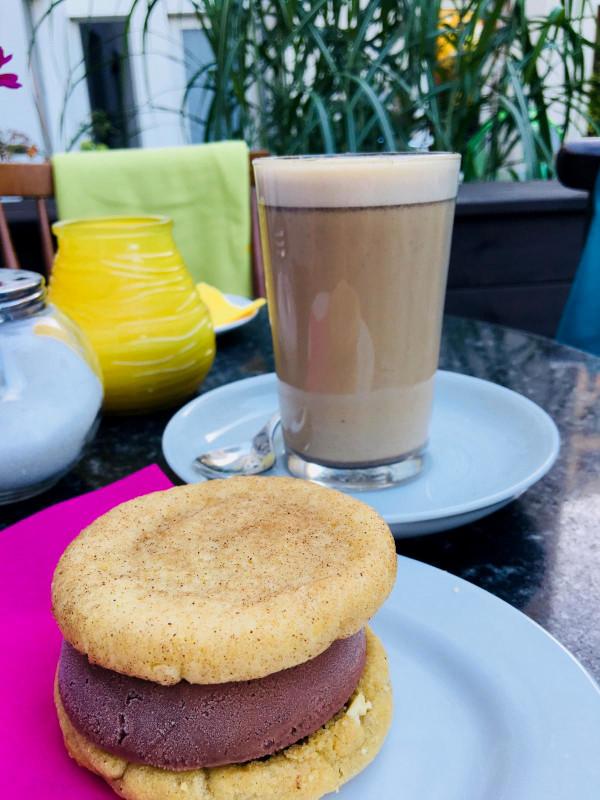 Icecream Sandwich und Masala Chai auf Gartentisch