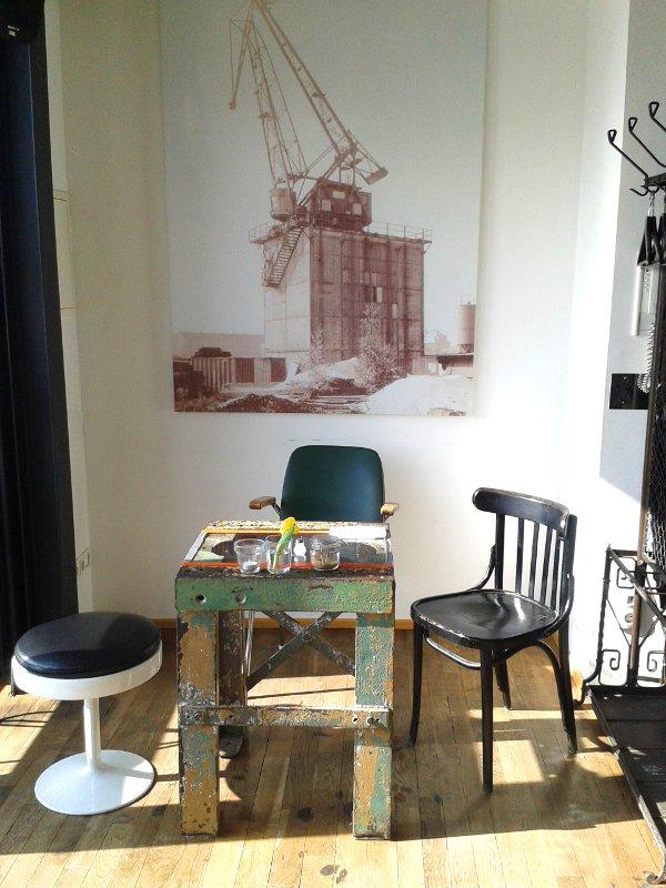 Sitznische mit Kranbild im Hintergrund und altem Tisch