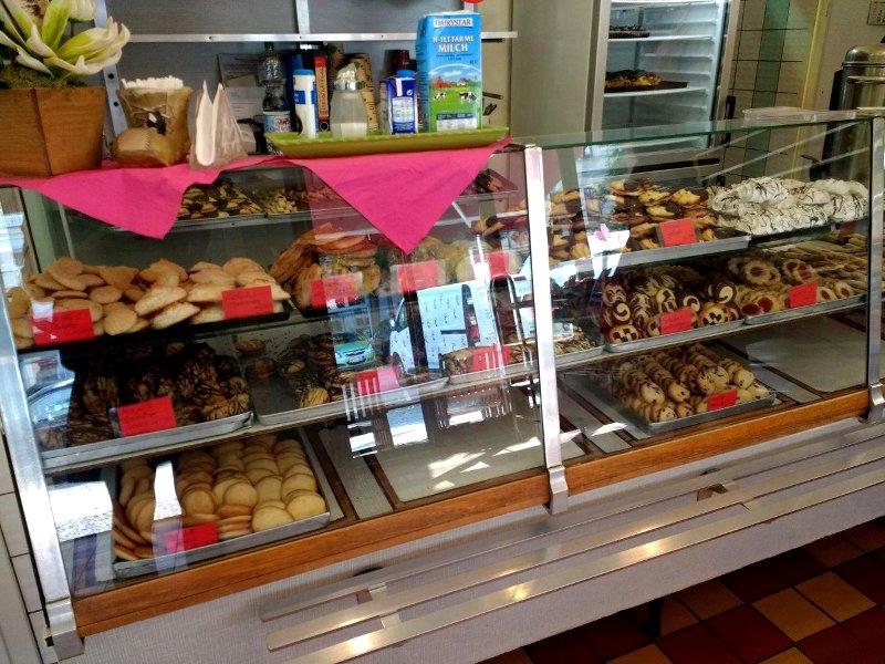 Gebäckauslage einer Bäckerei