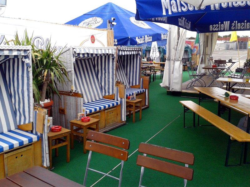 Strandkörbe und Tische im Biergarten