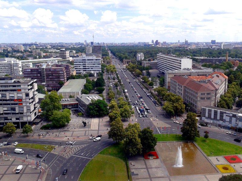Blick auf Berlin von oben mit Fernsehturm, Siegessäule und Potsdamer Platz
