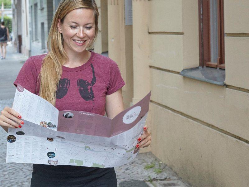 Junge Frau mit Stadtplan in Berliner Straße