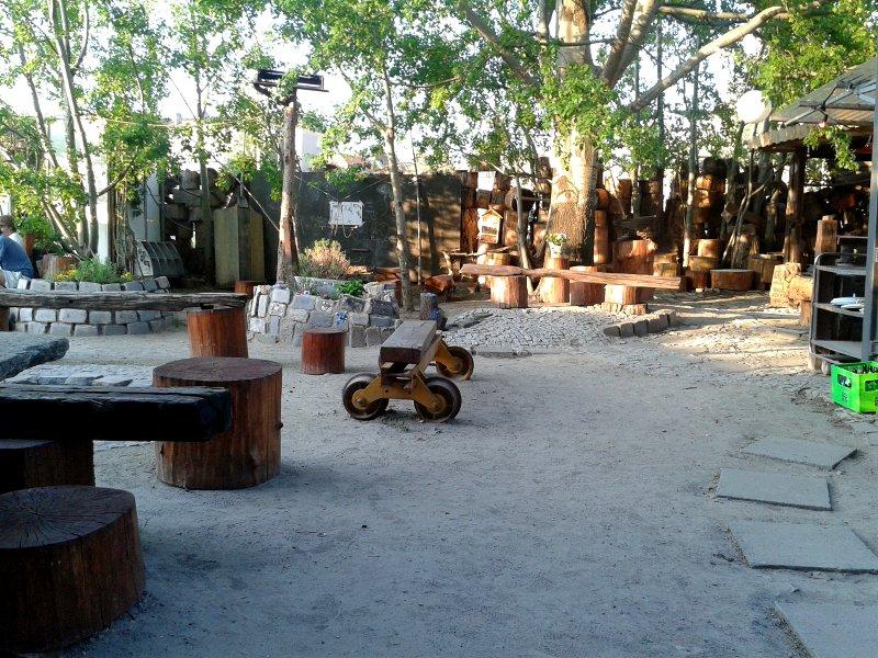 Holztische- und Bänke im Innenbereich des Biergartens