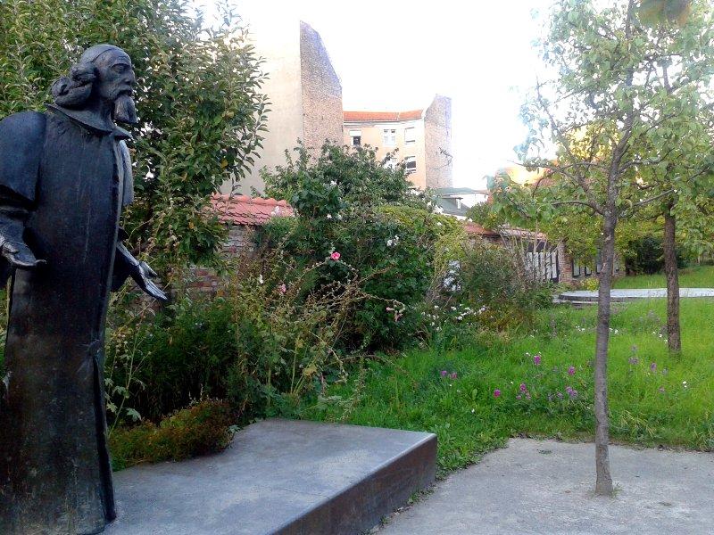 Die Statue des Comenius im Park