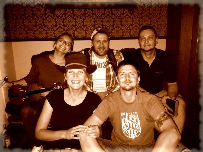Gruppe auf Sofa, Foto in Sepia