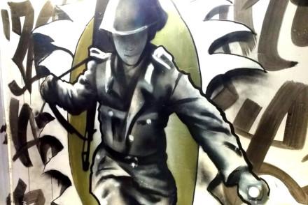 Graffiti Soldat springt über Grenzzaun