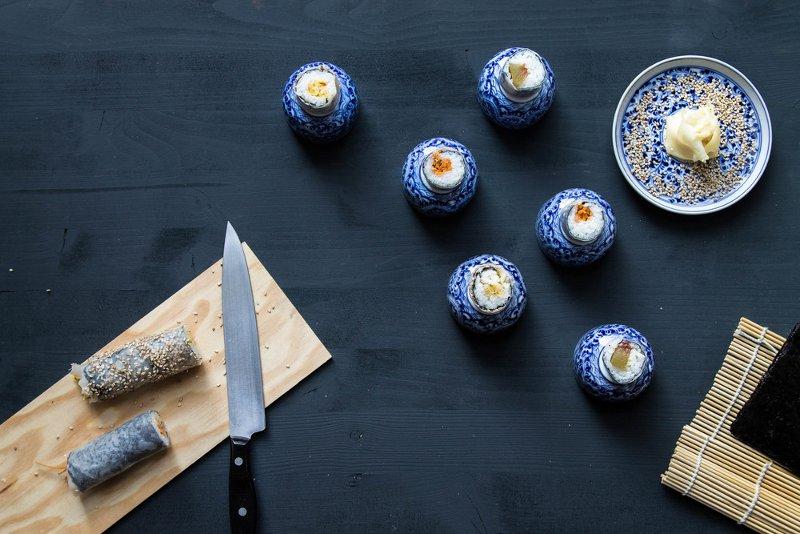 Sushiröllchen in winzigen blauen Schüsseln
