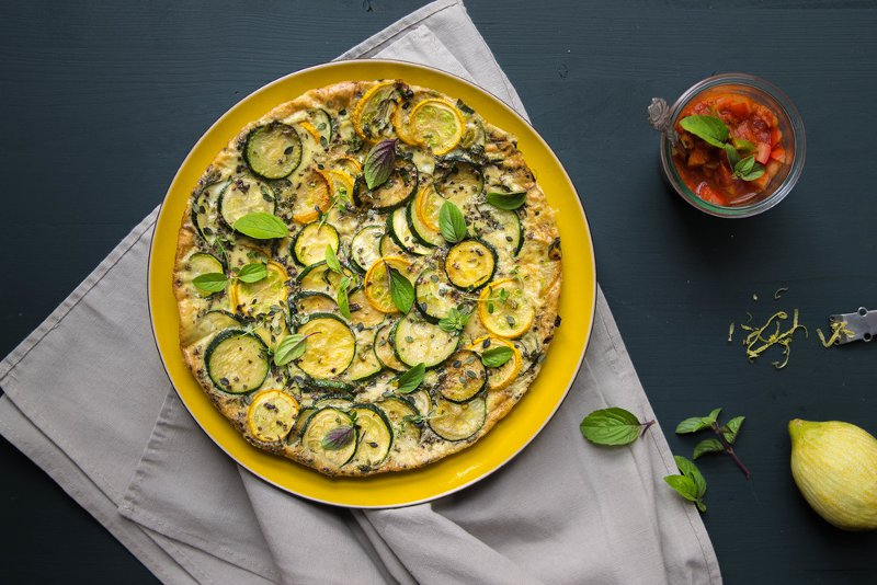 Zucchini-Fritatta auf gelbem Teller