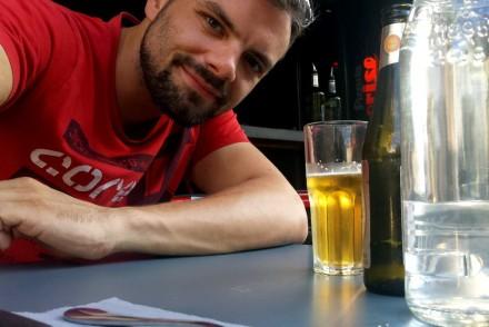 Mann vor Bierglas