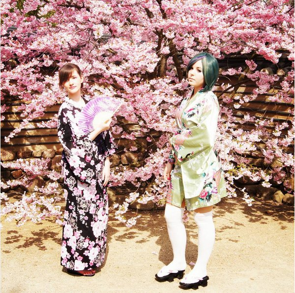 Japanerinnen vor blühenden Kirschbäumen