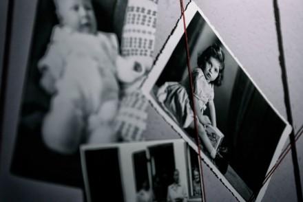 Schwarzweißfotos an einer Wand