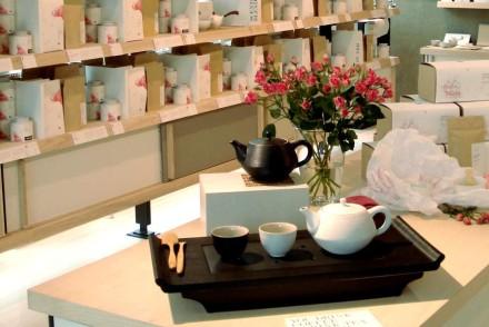 Teekanne auf Tablett