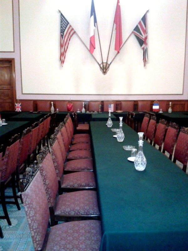 Saal der Unterzeichnung der bedingungslosen Kapitulation-Tisch-Stühle-Flaggen
