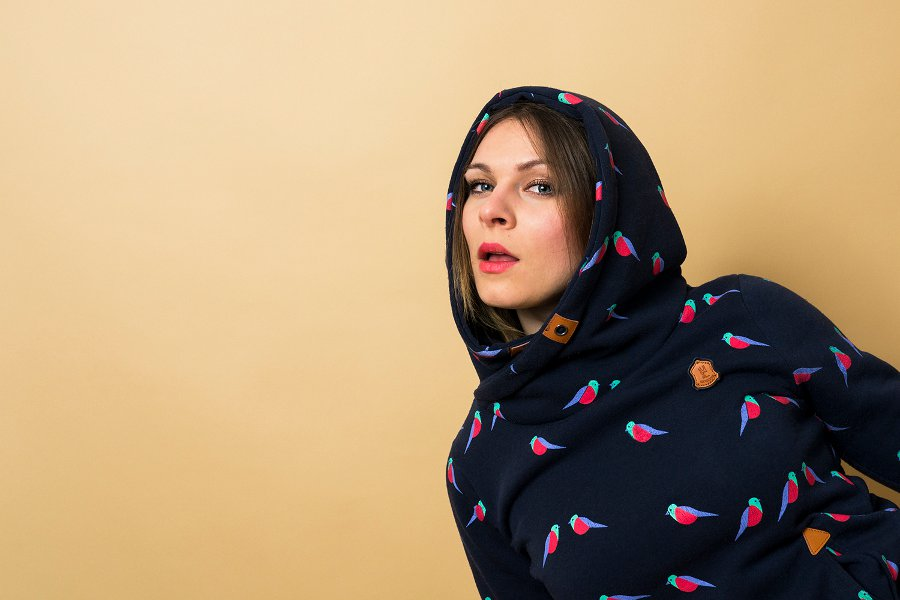 Junge Frau mit Kapuzenpulli