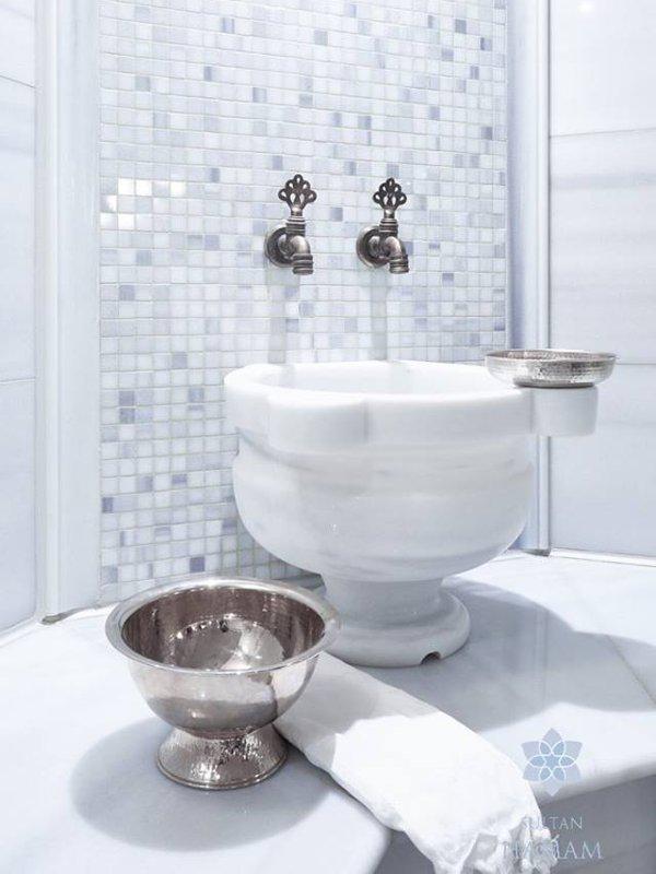 Waschbecken und Schale im Sultan Hamam Berlin