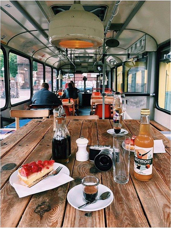 Ein gedeckter Tisch in einem alten Stadtbus