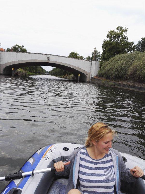 Frau paddelt im Schlauchboot