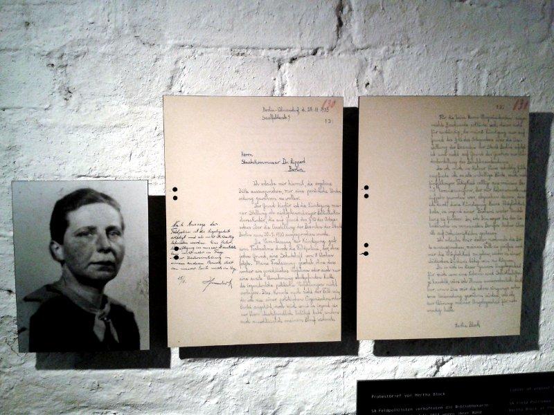 Foto einer Frau hängt neben einem Brief dieser Frau an ihren Arbeitgeber
