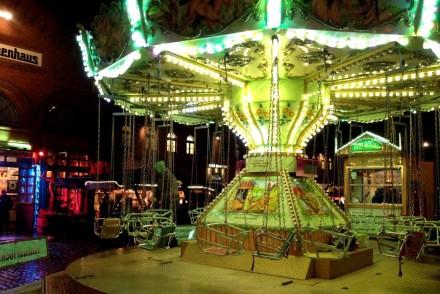 Nostalgisches Kettenkarussel auf dem Weihnachtsmarkt Kulturbrauerei